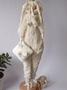 Tilda en pijamas es 25 pulgadas (65 cm) alto.  Ella está hecha de algodón. Ella vistiendo pijamas de suaves felpa. Para tu niña y sus sueños. El pelo está hecho de hilo de algodón. Pijamas pueden ser quitados y reemplazados por algún casual o vestido de noche. Puede coser y hacer la combinación perfecta para tu muñeca.  Esta encantadora muñeca puede decorar su casa o ser un excelente regalo. Cada muñeca es única.  Se llena con relleno de fibra poliester hipoalérgico (como perla).
