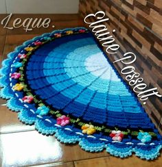 Tapete leque Crochet Mat, Crochet Carpet, Crochet Home, Crochet For Kids, Crochet Doilies, Crochet Bedspread Pattern, Crochet Patterns, Crochet Kitchen, Ribbon Design