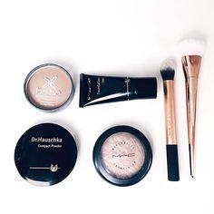 Basics of the day  review online soon #makeup #vegan #natural #biggreensmile #maccosmetics #highlight #foundation #brushes #realtechniques #drhauschka #boho #blogger #beautyblogger #bblogger #flatlay