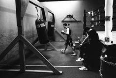 Para poder convertirte en un boxeador competente, debes aprender a golpear con autoridad. Golpear un saco pesado te ayudará a convertirte en un golpeador más efectivo. Cuando golpeas el saco, no solo utilizas los brazos y puños para golpear a tu oponente. Un golpeador efectivo utiliza sus piernas y músculos del núcleo para agregar poder a sus puños