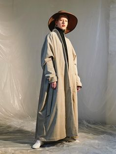 London-based Chinese designer Renli Su explores the elegance of modern dance in her relaxed and layered Autumn/Winter 2016 collection, which she debuted at her showroom during London Fashion Week.