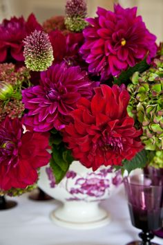 Carolyne Roehm uses dahlias for centerpiece. The perfect Christmas colors - Fine Living - Traditional Style - Carolyne Roehm
