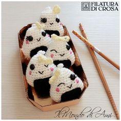 Portachiavi onigiri Amigurumi realizzati con filato microfibra e Zara Filatura di Crosa #filaturadicrosa #amigurumi #onigiri #sushi #handmade #fattoamano #crochet #uncinetto #portachiavi #keyring #cute #kawaii
