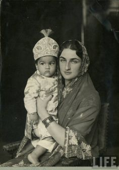 Various Vintage Photographs of Indian Mothers and their Children - Old Indian Photos Brunei, Royal Indian, Cultura General, Vintage India, India People, Vintage Bollywood, Hyderabad, Historical Pictures, Mother And Child