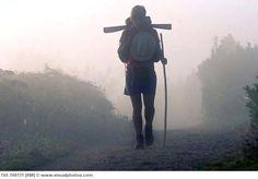 Un peregrino en el Camino de Santiago pasando por Portomarín