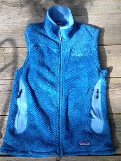 Womens Medium   Fuzzy Blue Patagonia Vest  Polartec   Measures   18  across at underarms    24  Length down back from bottom of collar  2 zip pockets