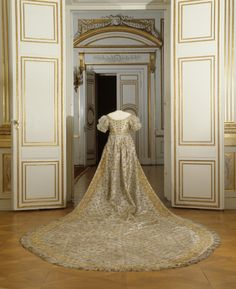 Coronation Gown (view of train), Jonas Wahlström: 21 August embroidered silk taffeta, tulle, sequins. Belonged to Desideria, Queen of Sweden and Norway. 1800s Fashion, Victorian Fashion, Vintage Fashion, Court Dresses, Royal Dresses, Historical Costume, Historical Clothing, Court Attire, Vintage Dresses