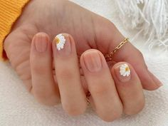 60 Beautiful Short Acrylic Natural Nails Designs In Spring And Summer 2020 - Keep creating beauty and warm home, Find more happiness in daily life Minimalist Nails, Daisy Nails, Flower Nails, Daisy Nail Art, Floral Nail Art, Nail Swag, Stylish Nails, Trendy Nails, Nude Nails