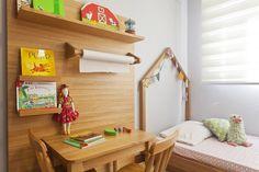 Bia reinava absoluta em seu espaço até a chegada do irmãozinho Bernardo. Coube à dupla da Manga Rosa Arquitetura replanejar o quarto montessoriano.