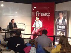 Manu Tenorio presentando su biografía 'De todo corazón' en Fnac Parquesur de Madrid.