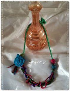 Collar #tejido en #crochet con cordones de seda con flor tejida con hilo macramé y enhebrado de semillas y cuentas de coco. #ganchillo