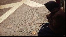 Succede in Alto Adige, nelle città amministrate dal centrosinistra. La polizia passa alla linea dura contro l'accattonaggio. E le amministrazioni plaudono l'iniziativa. 'Contro il racket dei mendicanti', dicono. E a Merano per la strada non puoi più chiedere neanche le firme