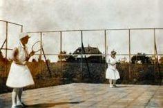 Eerste tennisbaan van Stiens met twee dames