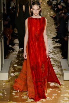 View all the catwalk photos of the Valentino haute couture spring 2016 showing at Paris fashion week. Style Haute Couture, Spring Couture, Couture Week, Couture Fashion, Runway Fashion, Fashion Week Paris, High Fashion, Fashion Show, Fashion Design