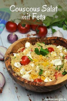 Hier kommt der partytaugliche Couscous Salat mit Feta. Klar, da versteckt sich schon mehr darin, als diese beide Zutaten. Sonst wäre das Bildchen auch nicht so bunt. Was es aber noch zu sagen gibt: dieser vegetarische Salat passt in jede Jahreszeit und ist sowohl als Hauptspeise als auch als Beilage tauglich! #salat #couscous #vegetarisch #winter #salate #gesund #gemüse #beilage #beilagen #beilagensalat #rezept