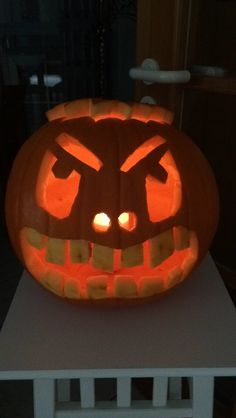 Heute den Halloween Kürbis ausgehöhlt und geschnitzt! Super Dekoration für den kommenden Freitag!