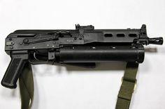 PP-19 ビゾン ロシアのSMG。この銃身の下についた円筒形の物体は・・・マガジンである。螺旋状に弾薬が収納され64発もの装弾数がってアメリカも昔似たようなの作ってたな。ちなみに本体は相変わらずカラシニコフである。カラシニコフ万能説