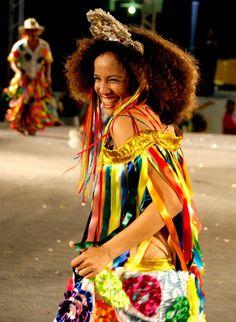 Cacuriá de Dona Teté, São Luis - Maranhão --  Cacuriá - Surgida a partir do Carimbó das Caixeiras, promovido após a derrubada do mastro do Divino, ela traz no nome uma palavra sem origem definida pela língua portuguesa. A dança virou tradição entre as festas juninas do estado. Com liberdade e descontração, as caixeiras cantam as ladainhas em ritmo acelerado. Os homens também participam da brincadeira marcada pela dança, versos, piadas e coreografias.