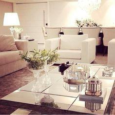 A decoração Branco e preto super classico e alguns pormenores de espelhado deixa ainda mais classico.