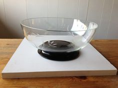 Glasskål med sort fod og graveret mønster. 40 kr, Hillerød.