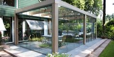 Van een mooi terras wilt u vaak genieten en dan is goede terrasbeglazing onontbeerlijk. Onze glazen schuifpanelen zijn eenvoudig te bedienen. Lees meer.