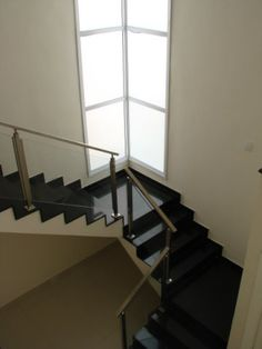 Dialogando com os demais móveis do ambiente, esta escada é feita de concreto e revestida com pisos de granito. Seguindo a tendência contemporânea, o corrimão é de aço inox e vidro temperado. O projeto é da arquiteta Leticia Mattaraia para uma residência em Ribeirão Preto (SP).