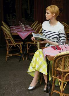 Select attitude. Marinière en coton, Jean-Paul Gaultier, jupe à carreaux en soie imprimée, rochas. Ballerines en cuir argent, Repetto.    Julie Delpy.