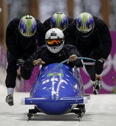 Equipe masculina brasileira durante treino para prova do bobsled.  Foto: Dita Alangkara/Associated Press