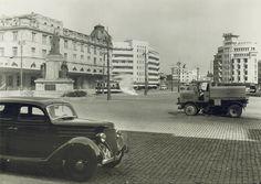"""Piața Gării de Nord în anul 1935. In stânga, Monumentul Eroilor CFR din primul război mondial, când erau supranumiți """"a doua armata a tarii"""" Bucharest Romania, Antique Cars, Antiques, Memories, Album, Art, Cousins, Vintage Cars, Antiquities"""