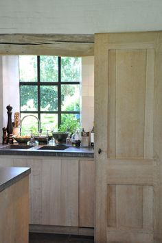door design, hardware, color, detail of the chiseled edge of the stone counter. Belgium home. Stone Kitchen, Rustic Kitchen, Door Design, House Design, Design Room, Design Design, Classical Kitchen, Barn Renovation, Belgian Style