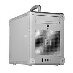 Lian Li PC-TU200A Mini-ITX Cube in silber. Während Letzteres aber häufig nicht viel jünger ist als das Instrument, das in ihm lagert - und mit Instrumenten ist es oft wie mit Wein: je reifer, desto besser -, hat man es beim PC-TU200 mit einem hochmodernen Gehäuse zu tun, das die aktuellsten Schnittstellen zum zu verbauenden Mini-ITX- oder Mini-DTX-Mainboard bereithält. So befinden sich unten in der Front des Würfels, den man wegen seiner geringen Abmaße gut auf dem Tisch unterbringen kann...