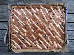 Godt-redaksjonen oppdaget denne vidunderlige brownieoppskriften i en bursdag. Hvor, til tross for et fantastisk kakebord med alt fra pavlova, ostekake og kremkaker, det var brownien gjestene flokket seg om. De fleste endte opp med klissete sjokoladefingre, superimponerte over effekten av en liten sjokoladekake. Vi sporet selvsagt opp kakebakeren; foodie og kokk Eivind Landsvik og hanket inn oppskriften slik at dere alle kan nyte den. De innbakte bringebærene gir brownien et frisk…