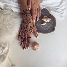 temporärer Körperschmuck mit Henna Farbe