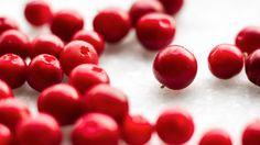 Puolukka: Vitamiinipitoisuuksissa moni muu marja rynnistää puolukan ohi, mutta sen sijaan puolukka on yliveto sen runsaasti sisältämien terveellisten polyfenolisten yhdisteiden vuoksi. Nämä fenoliyhdisteet ovat osaltaan torjumassa esimerkiksi virtsatietulehduksia.