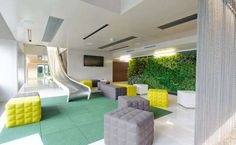 O escritório da Microsoft em Viena, na Áustria, teve sua arquitetura criada para estimular a criatividade dos funcionários. A empresa INNOCAD Architektur, responsável pelo design do espaço, abusou de inovação e entretenimento para atender ao pedido de sua contratante.