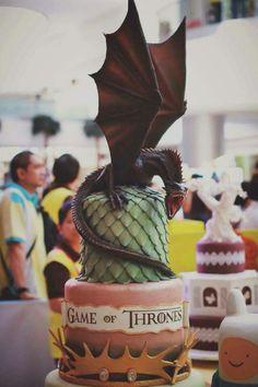 BAD ASS Game of Thrones Daenerys Targaryen Dragon Egg Drogon cake. The perfect cake for every budding Khaleesi! Game Of Thrones Torte, Game Of Thrones Birthday Cake, Game Of Thrones Food, Game Of Thrones Dragons, Dragon Tattoo Game Of Thrones, Drogon Game Of Thrones, Pretty Cakes, Beautiful Cakes, Amazing Cakes