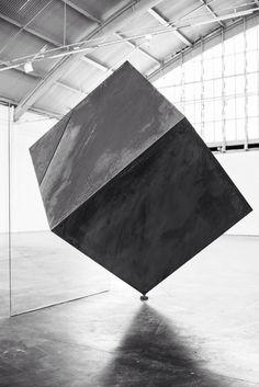 Túlio Pinto (steel and glass) not the original, image B&W Rock Sculpture, Pottery Sculpture, Abstract Sculpture, Installation Architecture, Installation Art, Art Installations, Art Cube, Glass Art, Contemporary Art