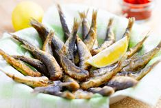 Deep-fried sardines Deep Frying Pan, Frying Oil, Jamaican Recipes, How To Squeeze Lemons, Fried Fish, Sunflower Oil, Fish And Seafood, Fish Recipes, Fries