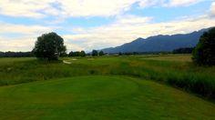 """Die 6, das kürzeste der fünf Par 3-Bahnen im #GolfResortAchental besticht durch sein großes, langgezogenes Grün, das eine hohe Vielfalt an Fahnenpositionen ermöglicht. Ein Bachlauf zur rechten und ein Biotop in Front, """"hier liegen einige Bälle begraben"""". Ist der Ball jedoch erstmal in der Luft, und die Länge stimmt, ist das #Birdie näher als man im ersten Moment meint. Detaillierte Informationen und vielfältige Angebote finden Sie auf www.golf-resort-a... #ChiemseeGolf #Golf #Golfplatz"""
