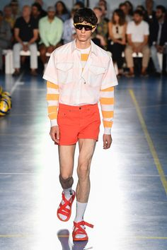 MSGM Spring 2019 Menswear Fashion Show Collection: See the complete MSGM Spring 2019 Menswear collection. Look 23 Latest Mens Fashion, Fashion Tips, Fashion Design, Men's Fashion, Milan Fashion Weeks, Fashion Show Collection, International Fashion, Msgm, Street Wear