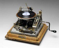 alarme-gramphone ! / Cette alarme domestique était construite en 1939 par Burgot Alarms Ltd en Angleterre, lorsqu'elle se déclenchait elle composait un numéro de téléphone et jouait au correspondant un message préenregistré sur le disque grâce à un gramophone.