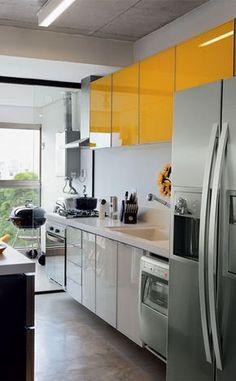 Mais uma seleção de cozinhas pequenas, mas bem organizadas e distribuídas. Como mostrei no Guia da Cozinha, a forma como são colocados os itens da cozinha (fogão, geladeira, pia, fornos, micro ondas) é o que faz uma cozinha ser funcional – facilitando o trabalho – e segura. Veja como a maioria das cozinhas segue a melhor distribuição dos maiores elementos – geladeira perto da entrada, pia no meio e depois o fogão: