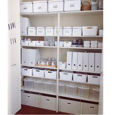 一番上はIKEAのボックスにキッチン用品のストック。二段目は無印のファイルボックスに洗剤、IKEAのボックスに割り箸など細かく分けて、三段目はセリアのIKEAそっくりのケースに調味料など。ダイソーの粘土ケースに家族それぞれの薬。4段目は無印のファイルボックスに背の高い調味料ボトルを、IKEAのファイルボックスにはレシピなど。5段目は食品ストック。6段目はニトリの可動式米びつにキレイに洗って乾かした資源ごみを種類別に。一番下は紙ごみやトレイなどを分けて入れています。無印良品/ニトリ/無印/セリア/IKEA/整理収納部…などのインテリア実例 - 2014-06-06 16:19:47 | RoomClip(ルームクリップ)