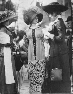 vintage everyday: Typical Fashion Style of Edwardian Era – Vintage Photos of Ladies in Trailing Dresses with Peach Basket Hats Edwardian Costumes, Edwardian Era, Edwardian Fashion, Victorian Era, Vintage Fashion, Edwardian Dress, Edwardian Clothing, Vintage Couture, French Fashion