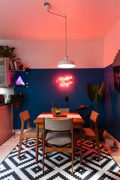 Décor do dia: néon e paredes bicolores na sala de jantar - Casa Vogue | Décor do dia