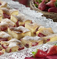 Erdbeeren waschen, Stielansatz entfernen, Früchte vierteln. Backofen auf 160 °C (Umluft) vorheizen. Butter, Zucker, Vanillinzucker, Salz und...