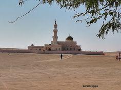 Il Deserto dell'Oman, un paesaggio non del tutto incontaminato Statue Of Liberty, Taj Mahal, Building, Travel, Statue Of Liberty Facts, Viajes, Statue Of Libery, Buildings, Destinations
