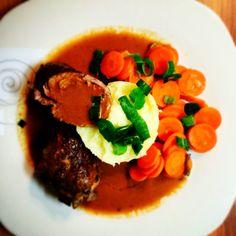 Rouladen mit Kartoffelpü und Möhren an Rotweinsauce.