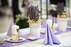 Lila Tischdeko mit herrlich duftendem Lavendel.
