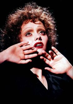 Christinna Ricci as Edith Piaf.